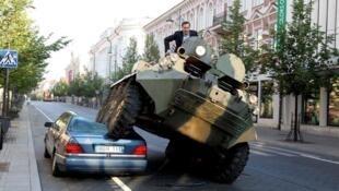 Arturas Zuokas, maire de Vilnius, utilise un tank pour combattre le stationnement illégal dans sa ville