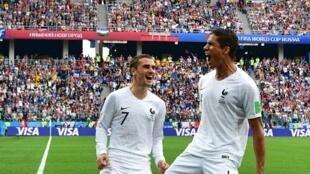 比賽當天法國球星格里茲曼與隊友瓦拉內慶祝進球資料圖片