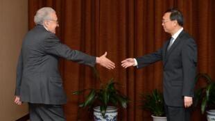 Enviado da ONU Lakhdar Brahimi cumprimenta ministro chinês das Relações Exteriores, Yang Jiechi, em Pequim
