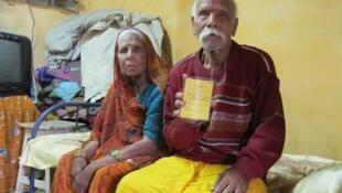 """Niranjan Pathak, 82 ans, ne savait pas que les médicaments japonais qu'il prenait pour le coeur étaient en expérimentation. Il montre ici la carte qui indique qu'il participait à une """"étude"""", et non à un """"essai clinique""""."""