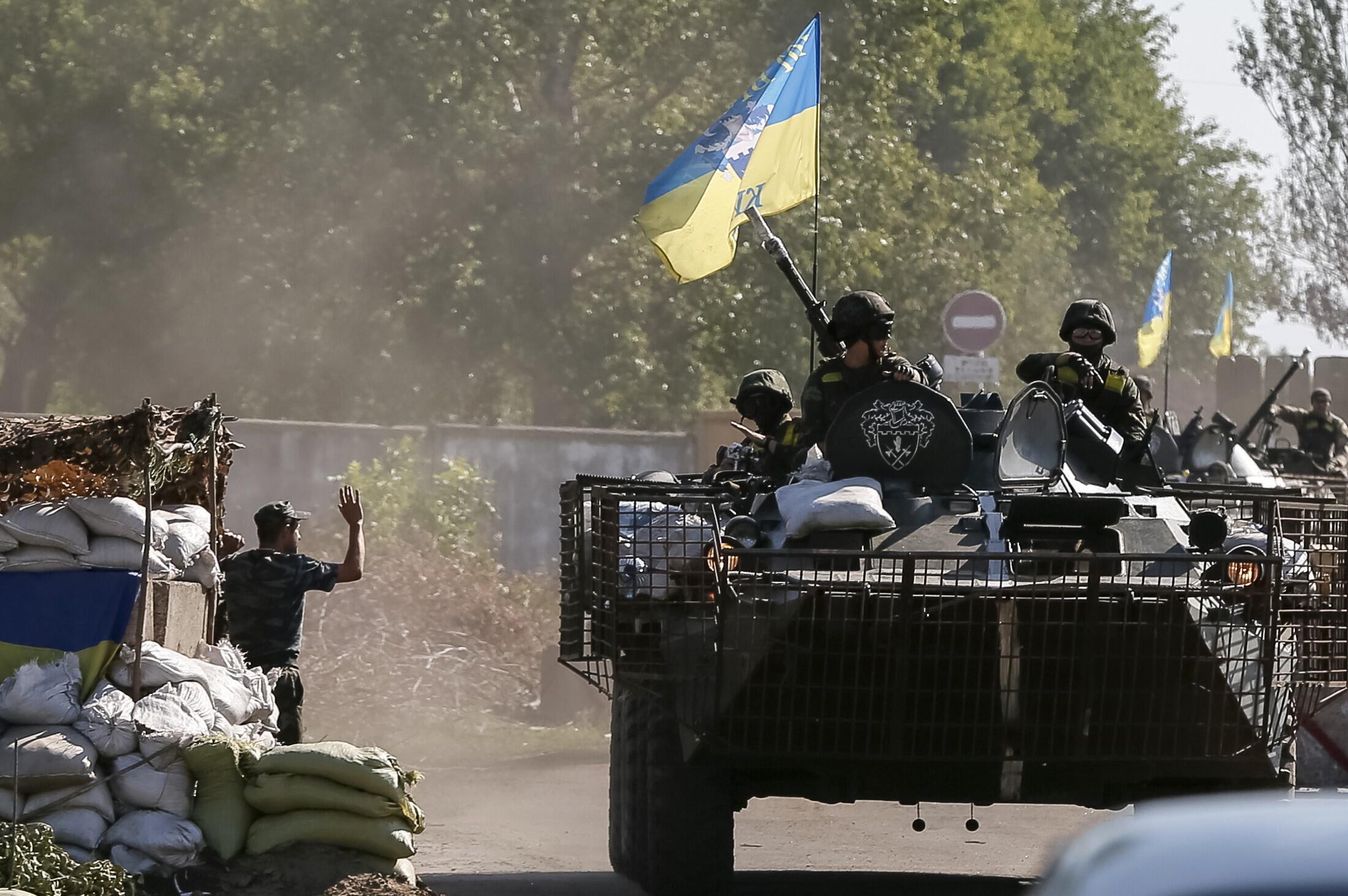 As tropas ucranianas se retiraram nesta segunda-feira do aeroporto de Lugansk, reduto dos separatistas pró-Rússia no leste do país.