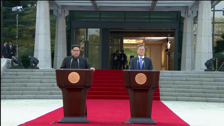 Lãnh đạo Bắc Triều Tiên Kim Jong Un (T) và tổng thống Hàn Quốc Moon Jae In trong cuộc họp báo chung tại Bàn Môn Điếm, ngày 27/04/2018