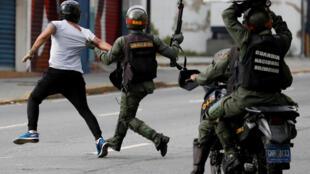 Policiais venezuelanos atacam manifestante durante protestos na capital