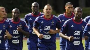Karim Benzema (au centre) et les Bleus, lors d'un entraînement de l'équipe de France à Clairefontaine.