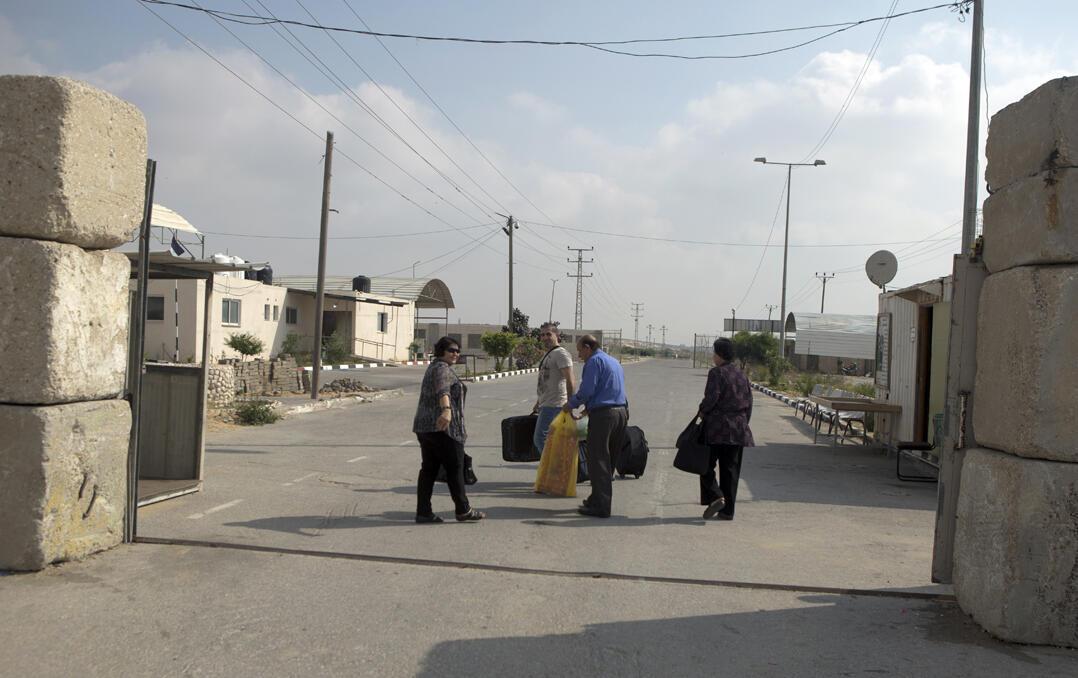 Lorsque les personnes ne prennent pas les voiturettes ou les motos, ils traversent à pied le passage d'Erez entre la bande de Gaza et Israël.