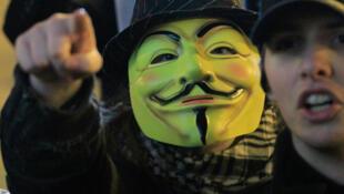 Le masque de Guy Fawkes est fièrement arboré lors de manifestations de sympathisants Anonymous. Ce révolutionnaire catholique anglais est connu pour avoir commis un attentat contre le Parlement anglais au XVIIe siècle.