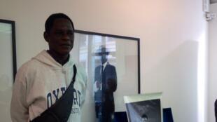 Le photographe camerounais Samuel Fosso dans la galerie de Jean-Marc Patras à Paris le 2 juillet 2014.