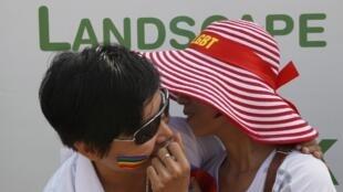 2012年8月5日,河内举行首次同性恋大游行。越南政府近日提议修改婚姻法,允许同性恋婚姻。如果修改法律成功,越南将是亚洲首个允许同性恋结婚的国家。