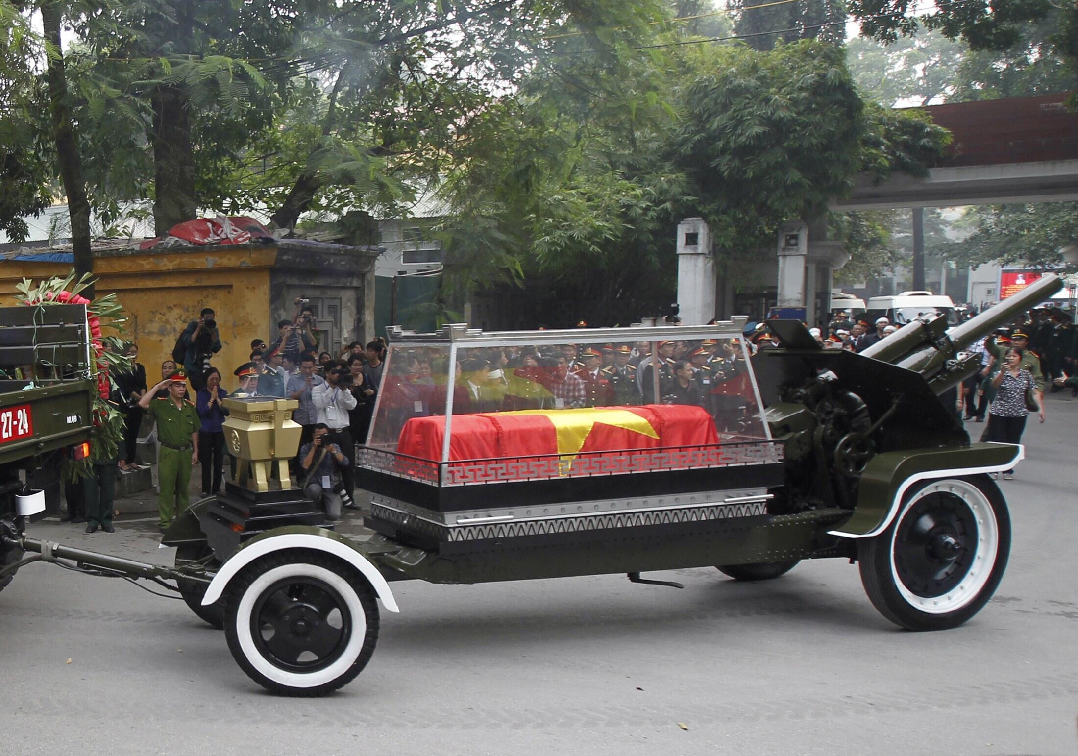 Un carro de artilleria transportó el féretro del general Giap durante los funerales por las calles de Hanoi.