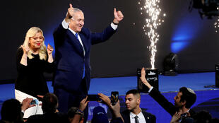El pirmer ministro israelí Benyamin Netanyahu junto a su esposa Sara luego de conocerse los primeros sondeos de las elecciones legislativas, el 10 avril 2019.