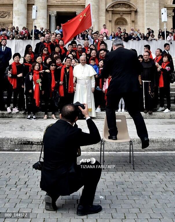 Giáo hoàng Phanxicô chụp hình với các giáo dân đến từ Trung Quốc ngày 18/04/2018 tại quảng trường thánh Phêrô.