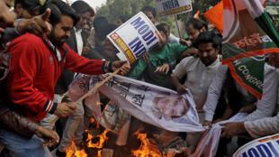 Des manifestants brûlent des portraits du milliardaire Nirav Modi à New Delhi le 16 février 2018.