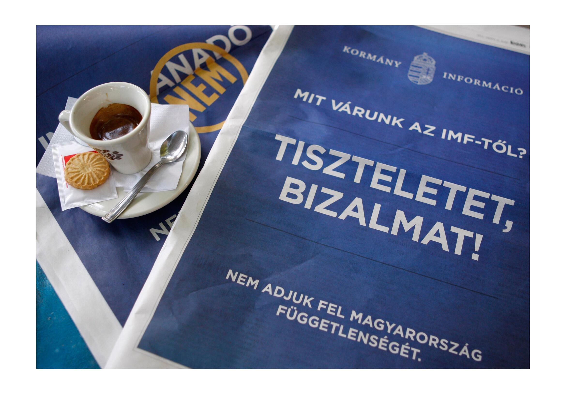 En Hongrie, les publicités « anti-FMI » sont dans les journaux, dans le métro, sur les panneaux publicitaires et sur des sites internet.