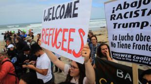 Rassemblement de manifestants pro-migrants à San Diego, en Californie.