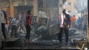Civiles inspeccionan los restos de un mercado bombardeado, en la ciudad de Idlib, controlada por los rebeldes. 10 de septiembre de 2016.