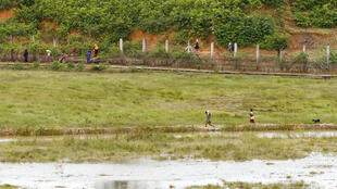 Wasu daga cikin dubban Musulmi 'yan kabilar Rohingya da sojin Myanmar suka budewa wuta, a lokacin da suka yi yunkurin ketara kan iyakar kasar zuwa Bangladesh a ranar 26 ga watan Agusta 2017.