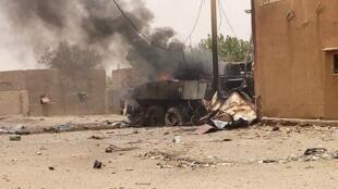 Un véhicule blindé de la force Barkhane partiellement en feu après l'attaque perpétrée ce dimanche aux abords de GAO.