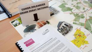 Caderno de sugestões disponibilizado pela prefeitura de Grand Bourgtheroulde, na Normandia, para receber sugestões dos franceses.