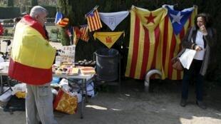 Un supporter du maintien de l'Espagne unie observe les marchandises d'un militant séparatiste catalan devant le Parlement de Catalogne, le 9 novembre 2015.