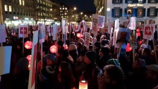 Des Suisses manifestent contre la suppression de la redevance qui mettrait à mort l'audiovisuel public.