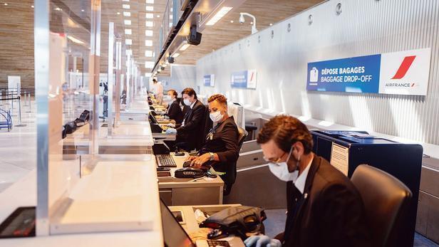Le 15 avril 2020, conséquence de la crise sanitaire qui frappe le transport aérien, le hall des départs du terminal 2F de Roissy-Charles-de-Gaulle est vide de voyageurs. D'ici à 2022, Air France va supprimer 7580 emplois