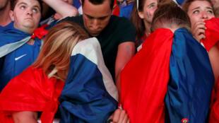 Французские болельщики после победы сборной Португалии в фан-зоне в Париже, 10 июля 2016 г.