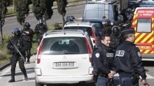 A polícia teria sido visada por homens armados de  Kalashnikov em um bairro de Marselha nesta segunda-feira, 9.