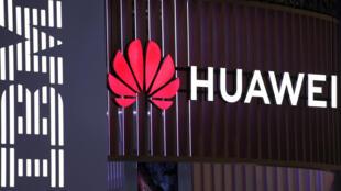 ស្លាកសញ្ញារបស់ Huawei និង IBM នៅសមាជទូរស័ព្ទដៃពិភពលោកក្នុងទីក្រុងបាសេឡូណាប្រទេសអេស្ប៉ាញនៅថ្ងៃទី ២៥ កុម្ភៈឆ្នាំ ២០១៩។