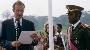 L'ancien roi d'Espagne Juan Carlos accueilli à l'aéroport de Malabo par Teodoro Obiang, en 1979.