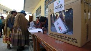 Bolivianas votam em referendo em El Alto.