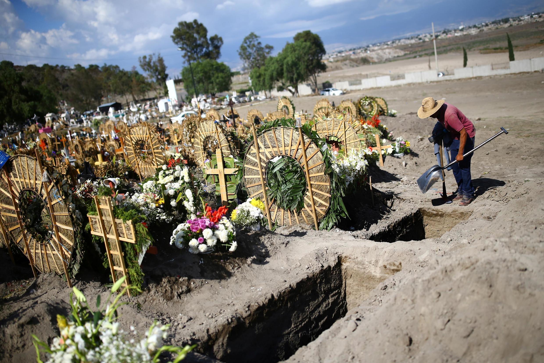 Le cimetière de Xico, à la périphérie de Mexico, alors que l'épidémie du coronavirus s'étend au Mexique, le 26 juin 2020.