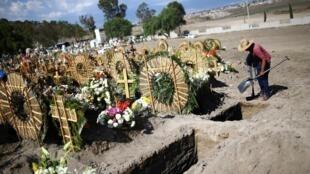 Le cimetière de Xico, à la périphérie de Mexico, alors que l'épidémie du cornavirus s'étend au Mexique, le 26 juin 2020.