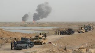 Forças iraquianas combatem em Ramadi, cidade tomada pelo EI em 2015.