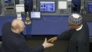 Le président nigérian M. Buhari (dr.) serre la main du président du Parlement européen M. Schulz, ce 3 février à Strasbourg.