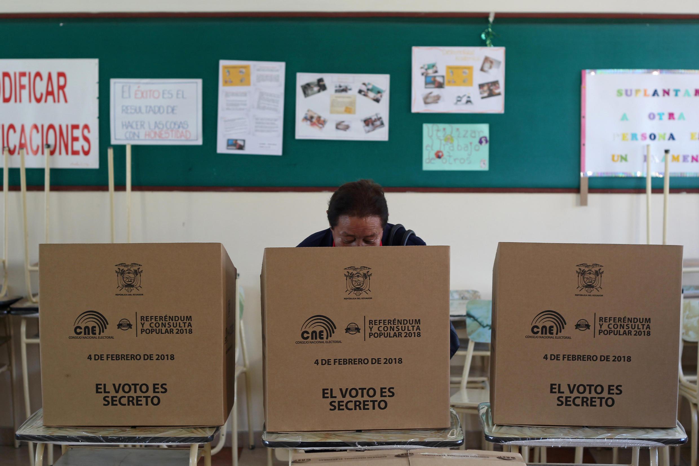 Un bureau de vote, lors du référendum sur l'opportunité d'empêcher la réélection présidentielle illimitée, à Quito, en Équateur, le 4 février 2018.
