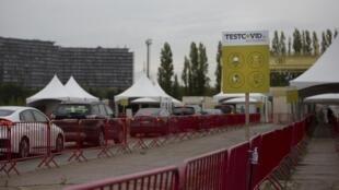 Des Belges attendent de pouvoir se faire tester dans leurs voitures le 20 octobre 2020 à Anvers.