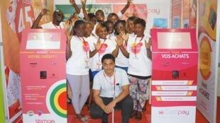 Edem Adjamagbo, au centre a créé la start-up Semoa dont la vocation est de proposer des solutions pour le paiement en Afrique, notamment avec une borne de recharge de paiement mobile fabriquée au Togo.
