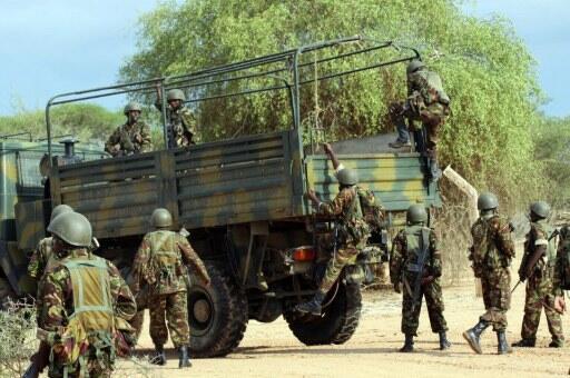 Wanajeshi wa Kenya wakipanda lori kwenye mpaka wa Kenya na Somalia