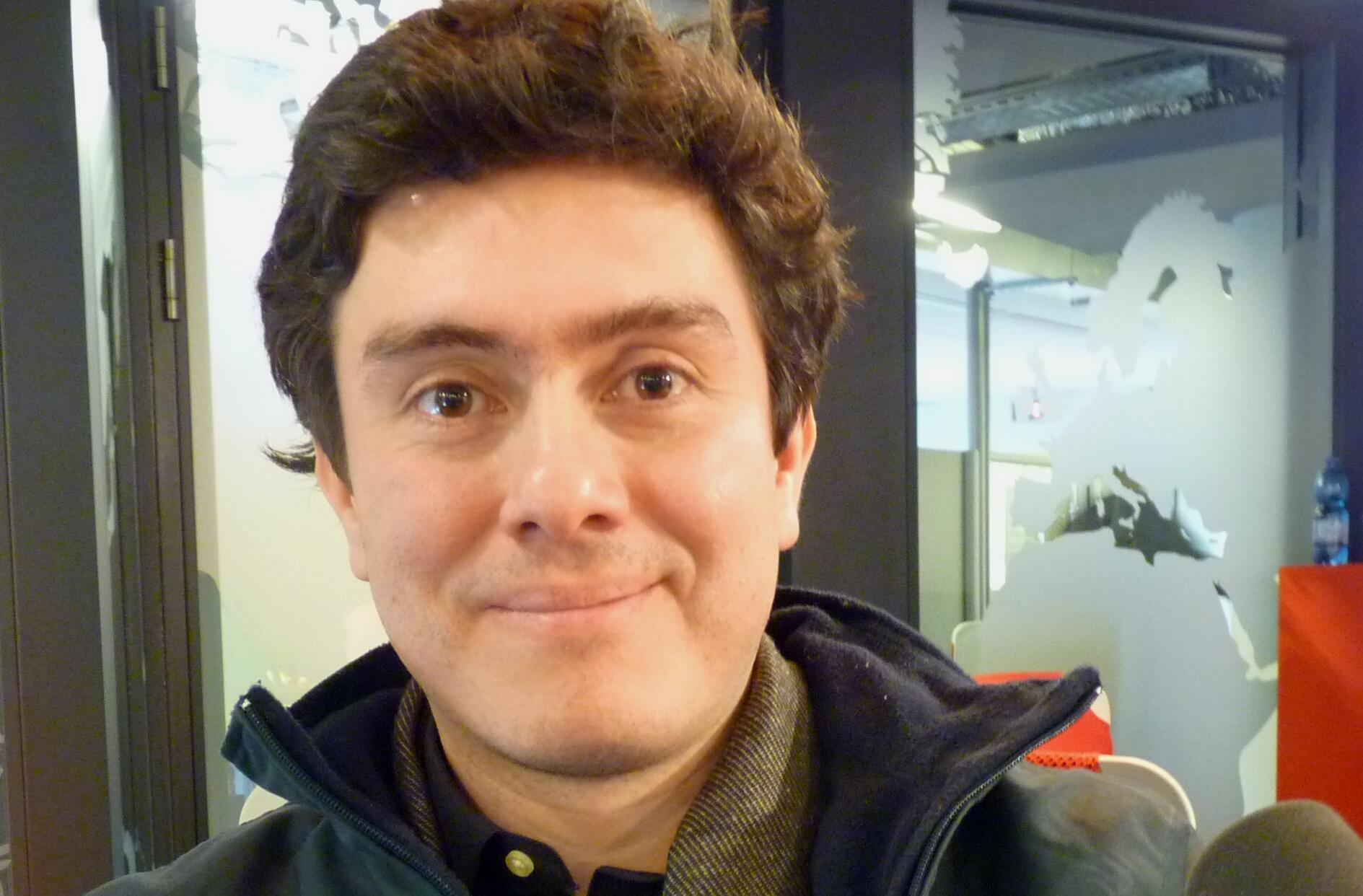 El compositor colombiano Juan Pablo Carreño en los estudios de RFI.