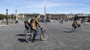 Ciclistas na Praça de La Concorde, no centro de Paris.