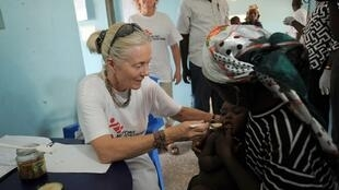 Un médecin de MSF soigne un enfant nigérian atteint de saturnisme à l'hôpital Bukkuyum de Gusau, dans le nord-ouest de l'Etat de Zamfara, le 10 juin 2010.