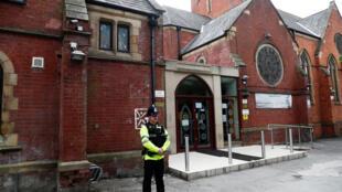 Polícia na frente da mesquita de Didsbury, frequentada por Salman Abedi, suspeito do atentado