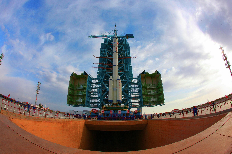 El cohete Larga Marcha 2F, que transporta la nave Shenzhou-13, en una foto del 7 de octubre de 2021