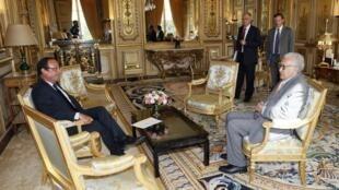 Shugaban Faransa Francois Hollande a lokacin da ya ke ganawa da Lakhdar Brahimi a fadarsa ta Elysee a birnin Paris