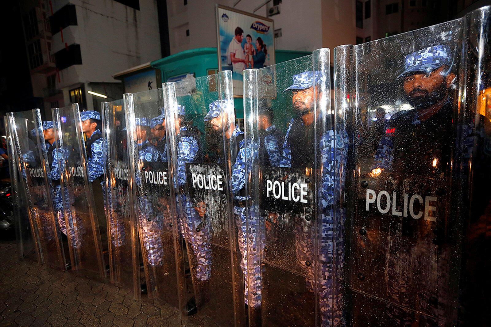 Forces de police pendant une manifestation de l'opposition contre le retard du gouvernement à libérer leurs dirigeants emprisonnés, y compris l'ancien président Mohamed Nasheed, malgré une ordonnance de la Cour suprême des Maldives, le 5 février 2018.