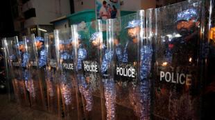 2018年2月5日晚,馬爾代夫警方與街頭示威民眾緊張對峙。