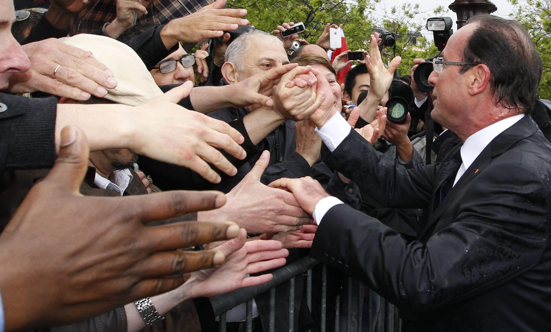 ПрезидентФрансуа Олланд не боится выходить к французам. 15 мая, 2012, Париж, Франция