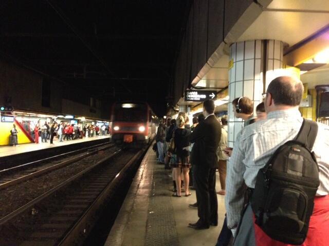 Os parisienses têm que esperar até 20 minutos em plataformas lotadas para pegar um trem de subúrbio nesta quinta-feira, 13 de junho de 2013.