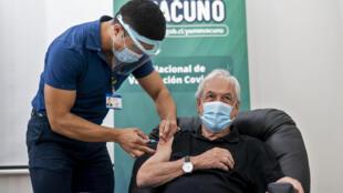 El presidente Sebastián Piñera recibe la primera dosis de la vacuna Sinovac CoronaVac contra el coronavirus, el 12 de febrero de 2021 en un centro de salud en Futrono, en el sur de Chile