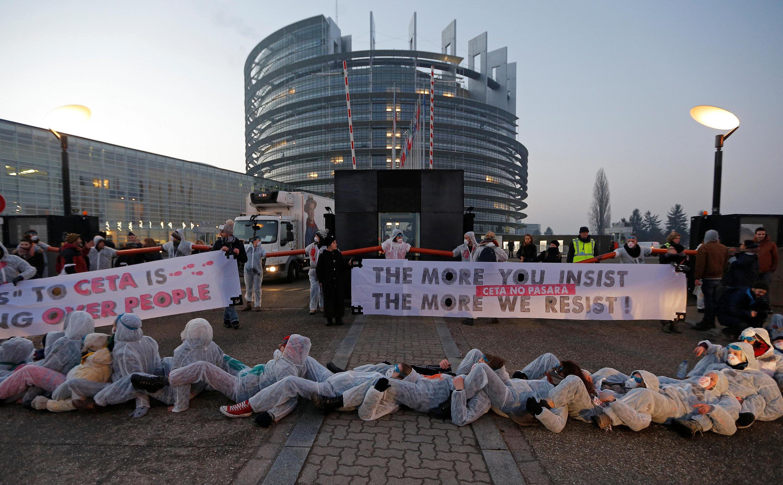 布魯塞爾歐盟議會門前的反對歐加自貿協議的示威,2017年2月15日。